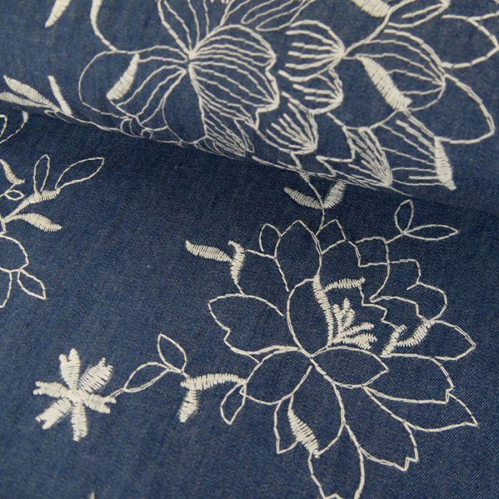 Tissu coton fleurs brodées - bleu denim x 10 cm