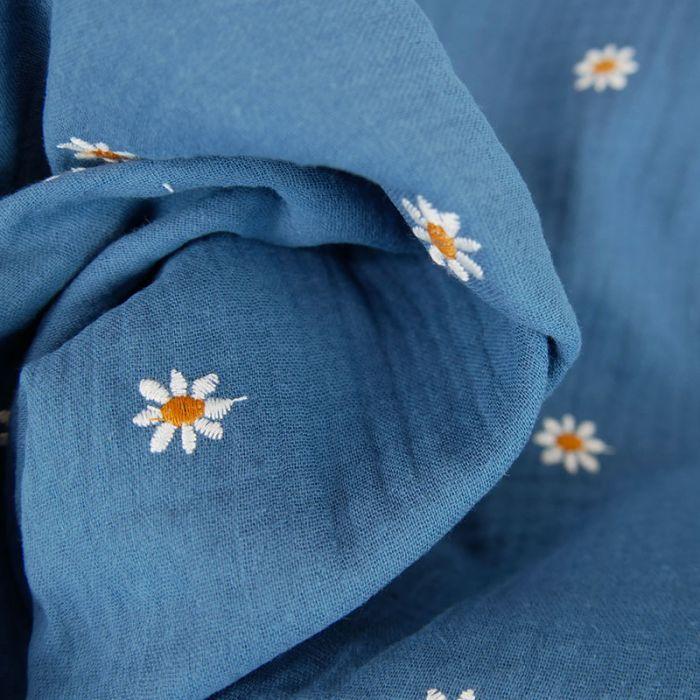 Tissu double gaze marguerites brodées - bleu x 10cm