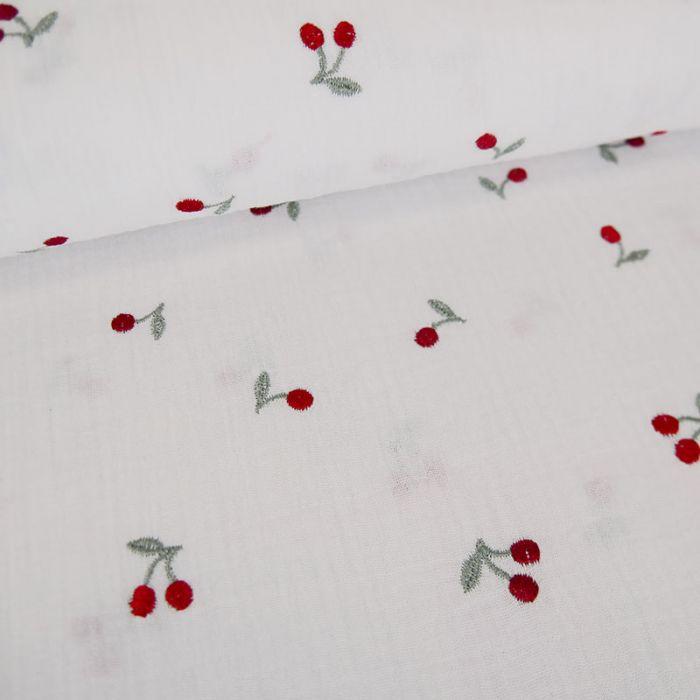 Tissu double gaze cerises brodées - blanc x 10 cm