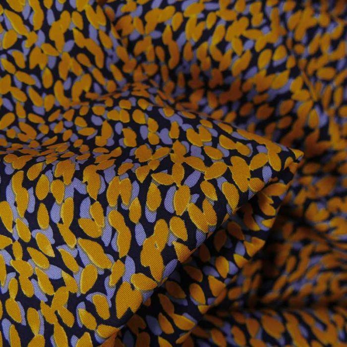 Tissu viscose stretch nuée de pétales - jaune ocre x 10 cm