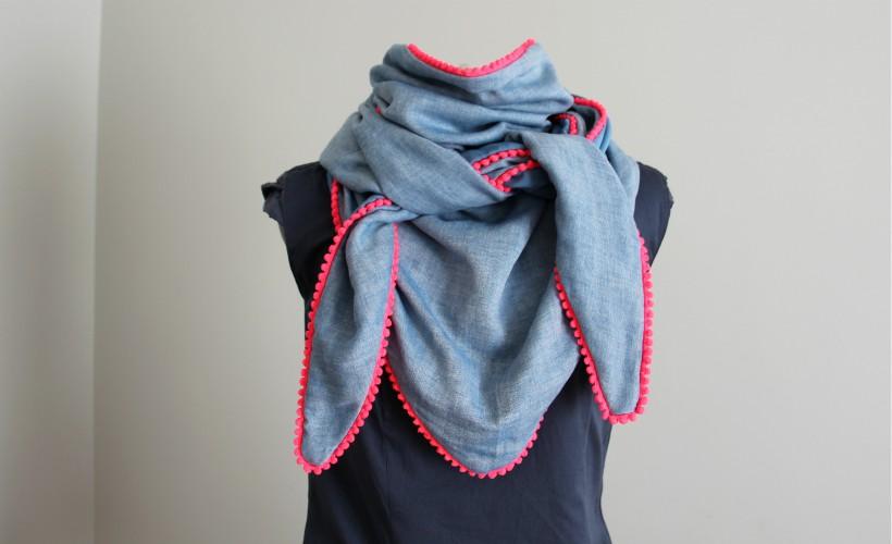 Voici un projet couture idéal pour se coudre rapidement un très grand chèche  réversible à pompons fluo. Idéal pour s envelopper en cas de coup de vent,  ... 5c1c7c708da