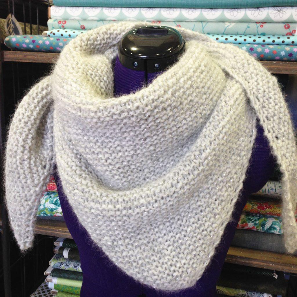 Crochet et tricot - Page 24 Chale-loving-embrace-drops-tricot%C3%A9-par-latelier-de-la-creation-1024x1024